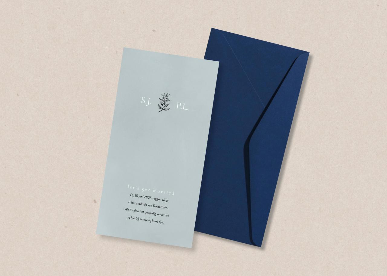 Grijsblauwe trouwkaart met initialen en takje trouwkaart Stijlvol Klassiek Botanisch Romantisch