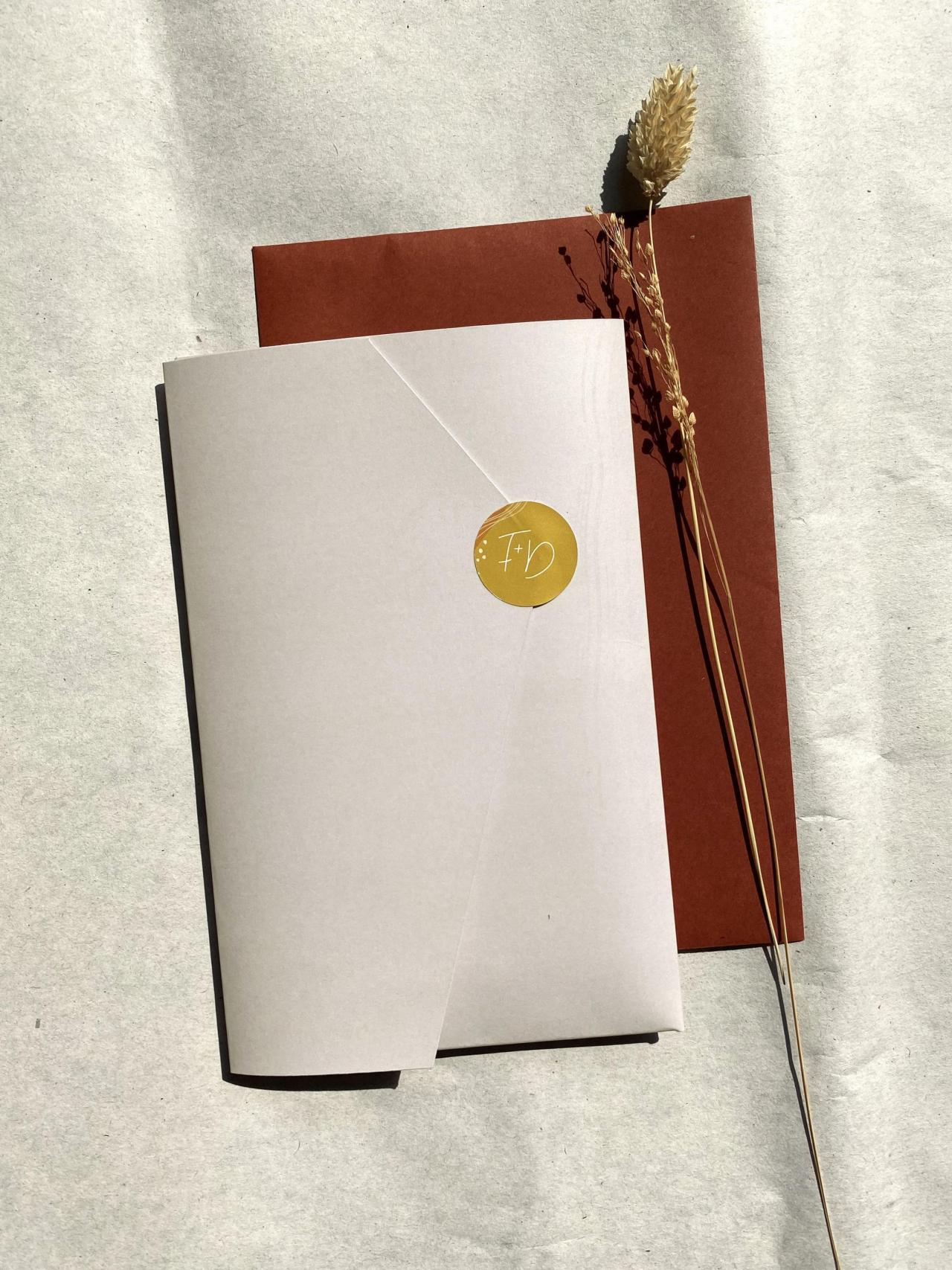 Kleurrijke pocketfold met aardetinten en handlettering trouwkaart Origineel