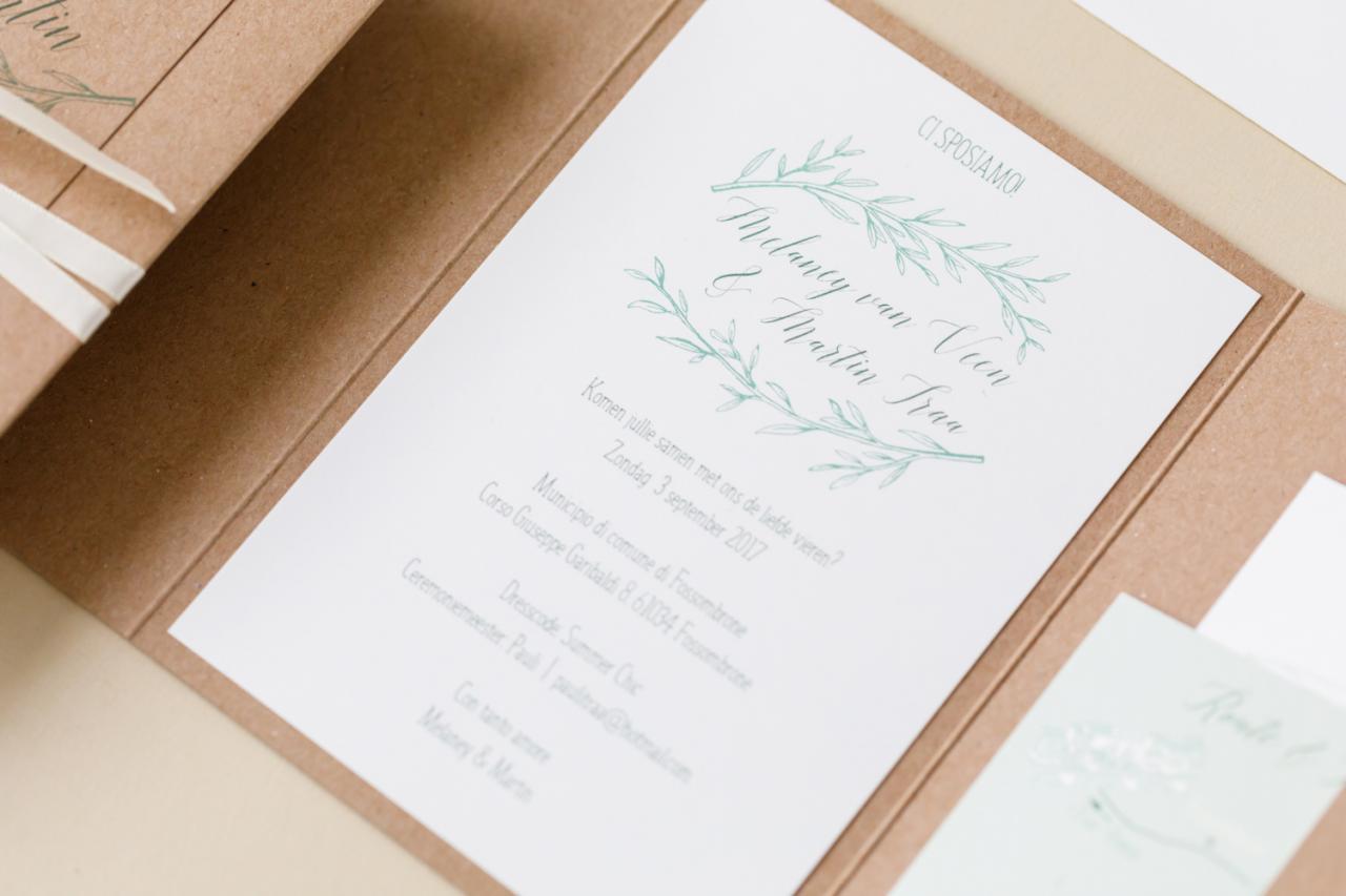 Kraft trouwkaart met olijftak en label trouwkaart Kraft Handgemaakt Origineel Botanisch