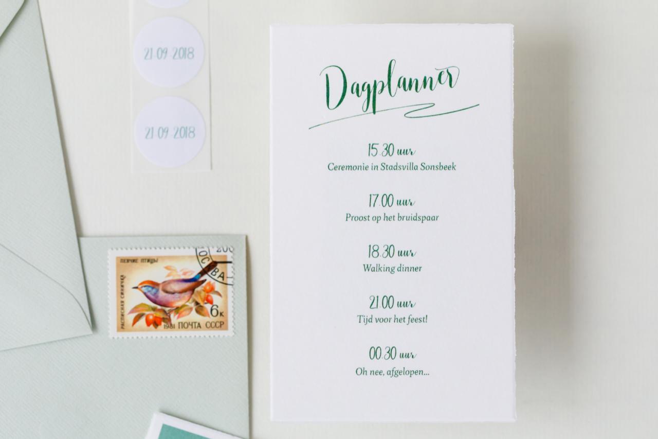 Zachtgroene trouwkaart met geschept randje trouwkaart Origineel Romantisch Typografisch Luxe