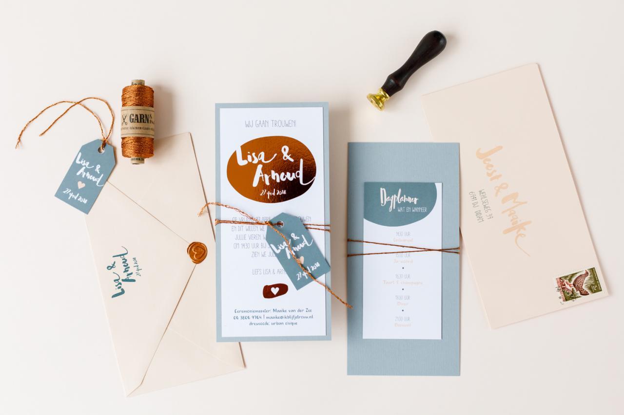 Trouwkaart grijsblauw met koper foliedruk trouwkaart Origineel Modern Typografisch Brons zilver en goud