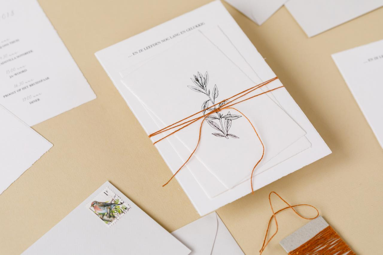 Trouwkaart van handgeschept papier met botanische illustraties trouwkaart Illustratie Handgemaakt Origineel Botanisch