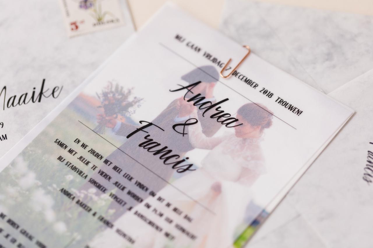 Trouwkaart met foto of illustratie achter kalkpapier trouwkaart Origineel Foto Modern Romantisch