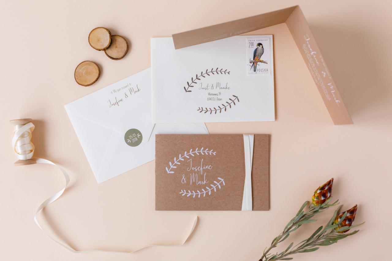 Romantische kraft trouwkaart met witte inkt  trouwkaart Kraft Origineel Romantisch Typografisch