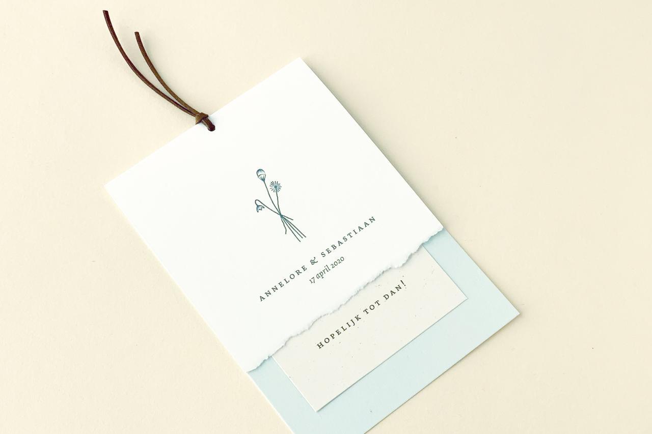 Gevouwen kaart met eco inlegvel en leren vetertje trouwkaart Origineel Illustratie Handgemaakt Modern