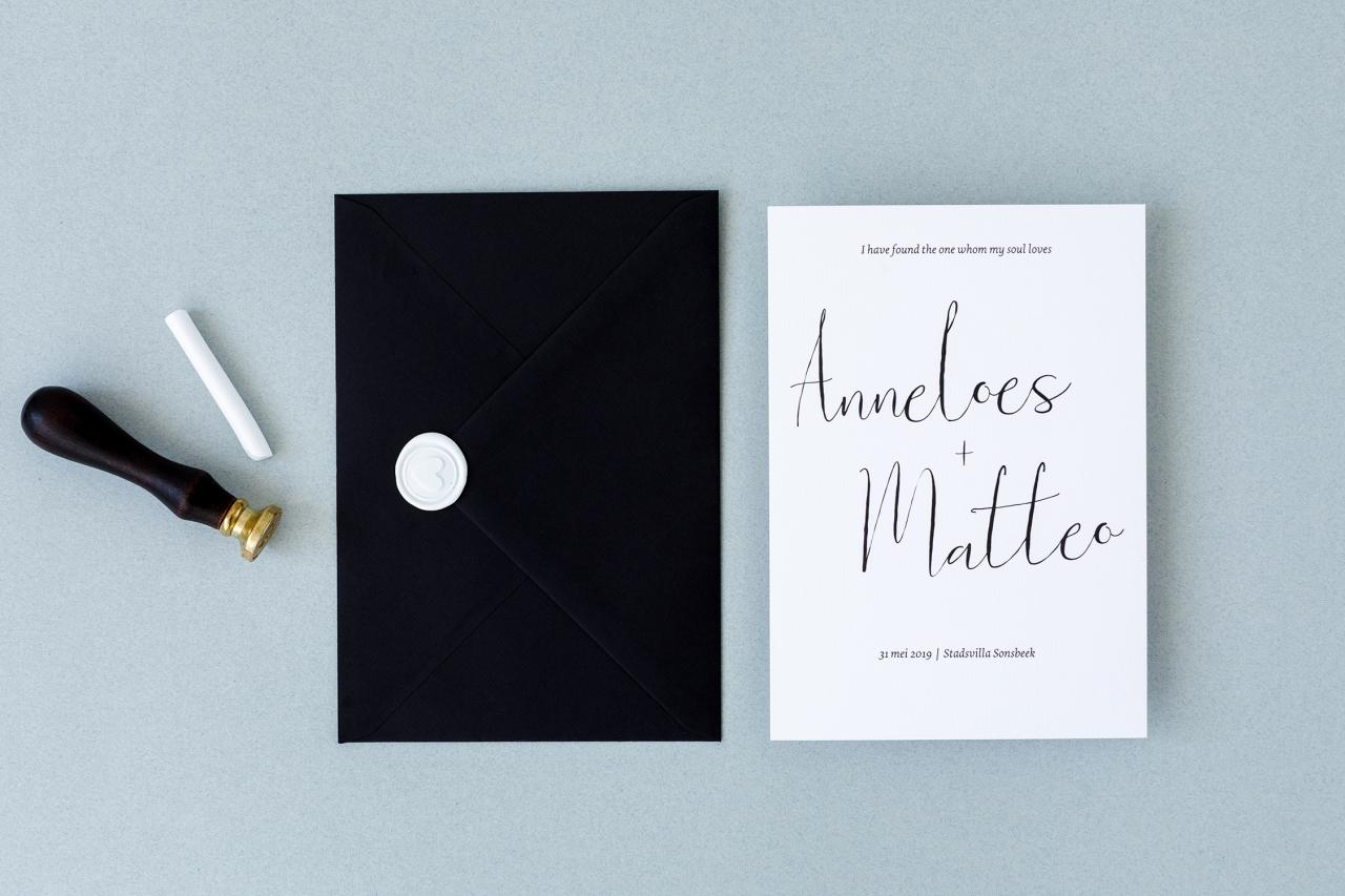 Zwart met witte trouwkaart trouwkaart Modern Typografisch Origineel Klassiek