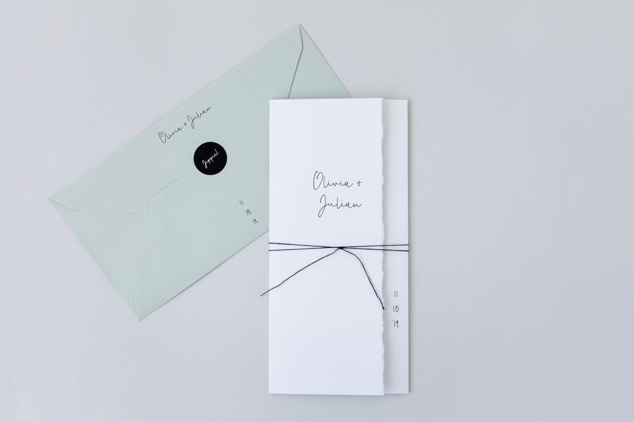 Witte drieluik trouwkaart handgescheurd trouwkaart Handgemaakt Typografisch Origineel Gevouwen
