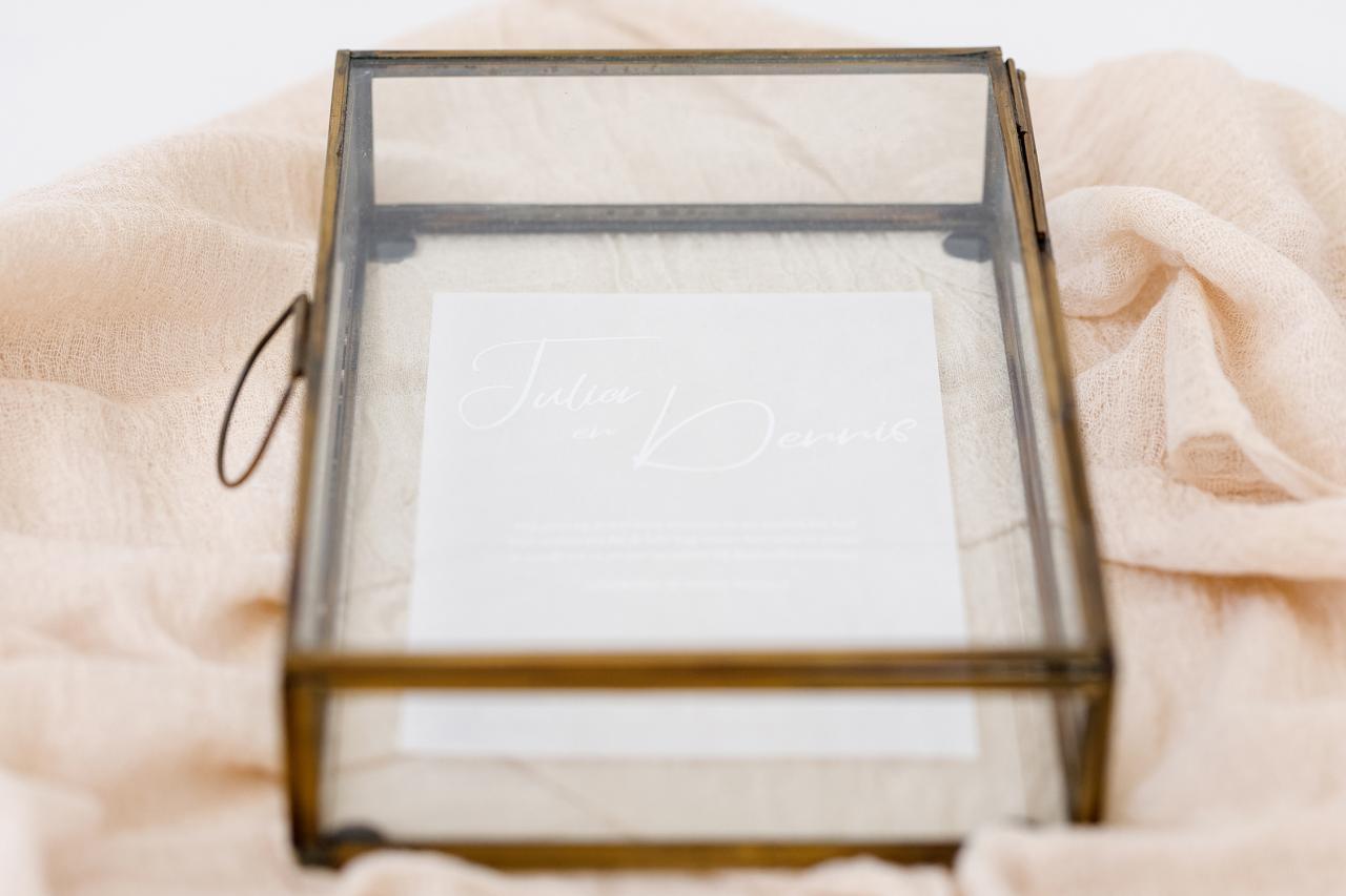 Transparante trouwkaart met witte inkt trouwkaart Klassiek Typografisch Origineel Transparant
