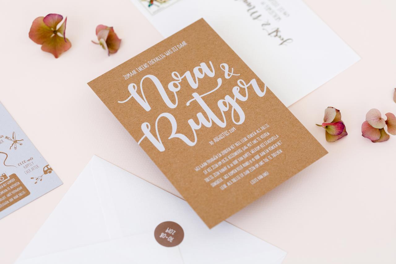 Kraft trouwkaart met witte inkt trouwkaart Kraft Typografisch Stoer Modern