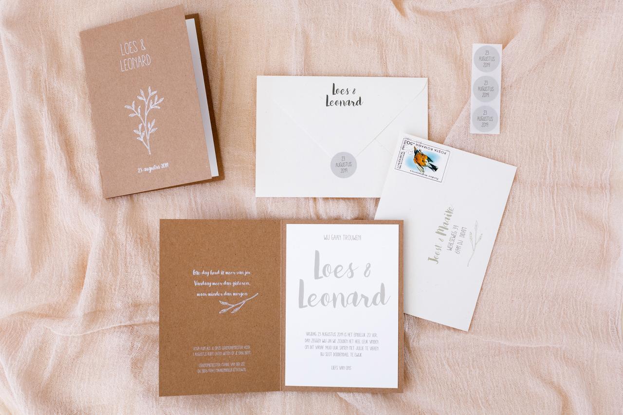 Kraft trouwkaart met een wit takje trouwkaart Kraft Illustratie Origineel Typografisch