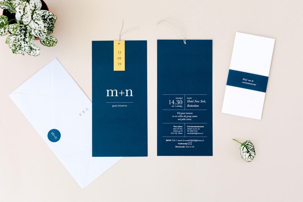 Strak, donkerblauw en goud trouwkaart Modern Strak Typografisch