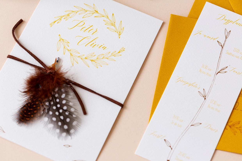 Trouwkaart met veertjes & blaadjes trouwkaart Illustratie Origineel Retro Botanisch