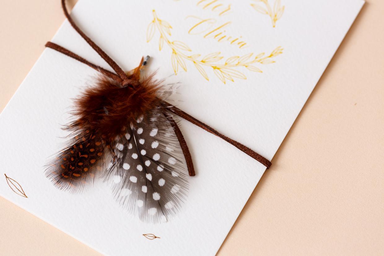 Trouwkaart met veertjes & blaadjes trouwkaart Illustratie Handgemaakt Retro Botanisch