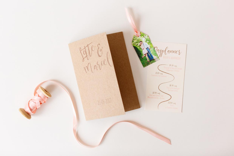 kraft wikkel met peach trouwkaart