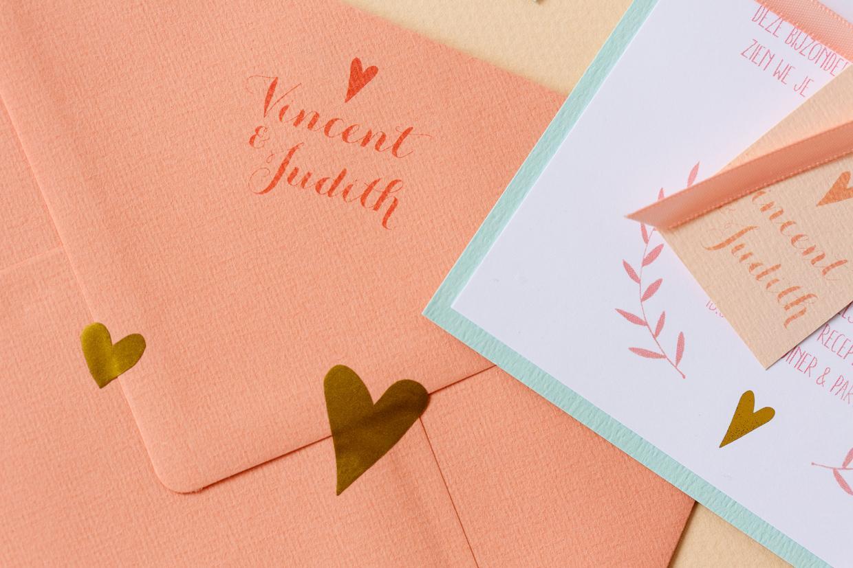 Pastel trouwkaart met takjes en hartjes en goudfolie trouwkaart Handgemaakt Romantisch Typografisch Zilver en goud
