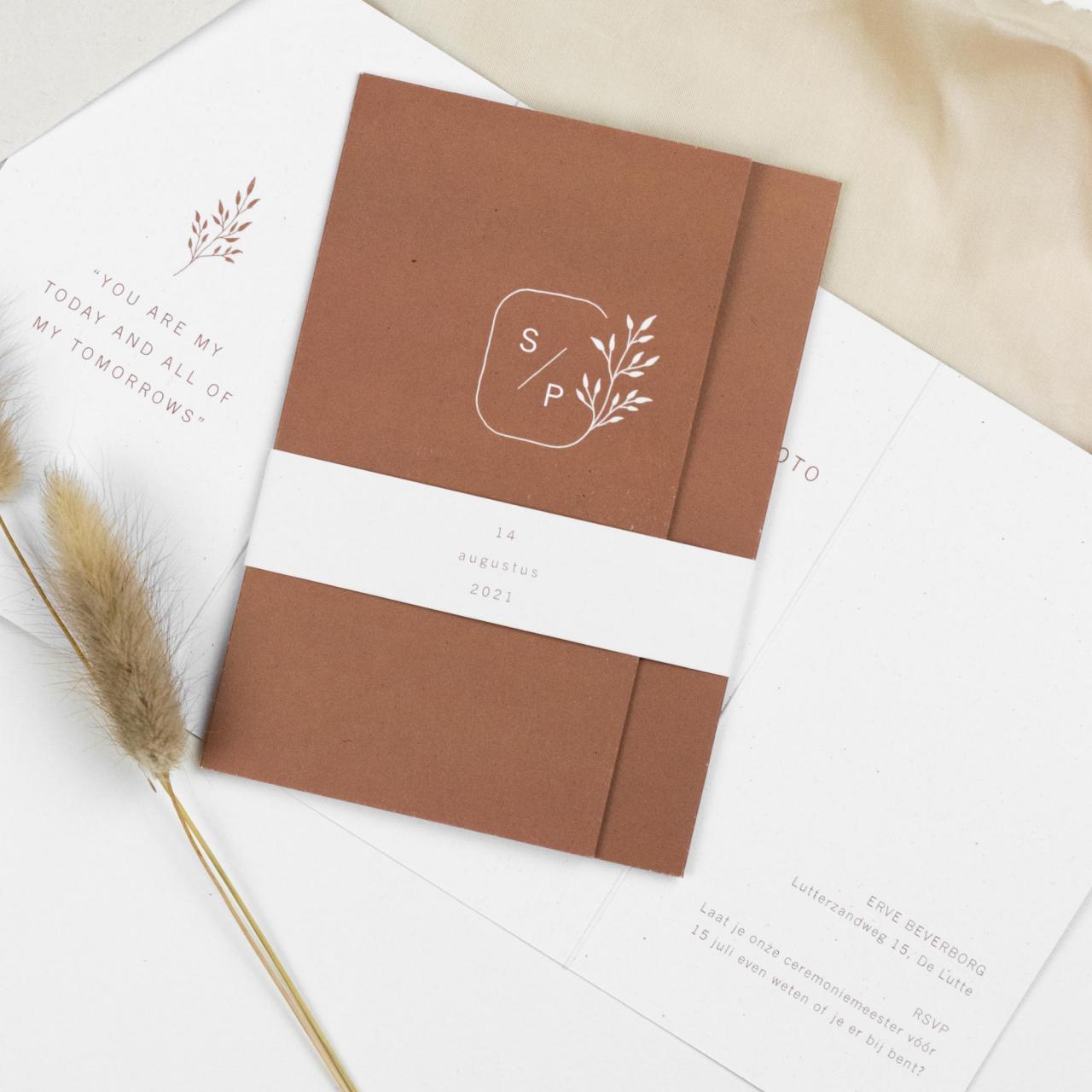 Drieluik met trouwlogo en roestbruin trouwkaart Illustratie Handgemaakt Botanisch Origineel