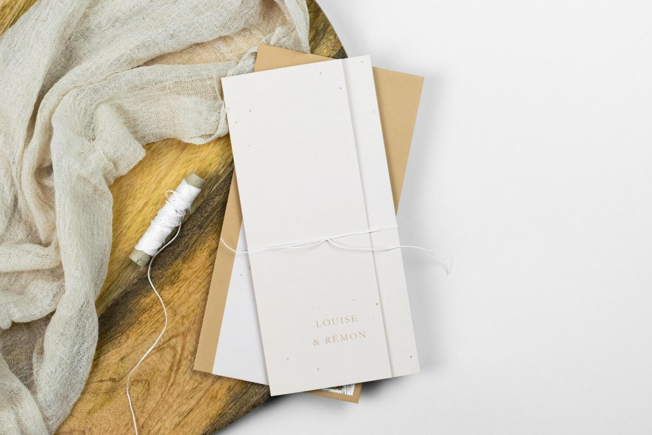Drieluik trouwkaart in zachtroze met kleine stipjes trouwkaart Origineel Modern Typografisch Handgemaakt
