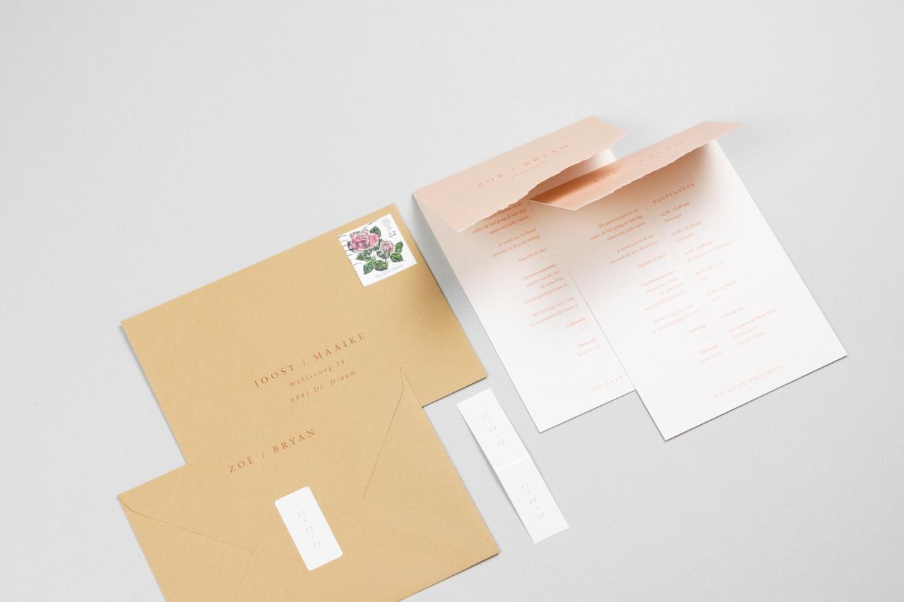 Enkele trouwkaart in peach met zalmroze trouwkaart Origineel Modern Handgemaakt Gevouwen
