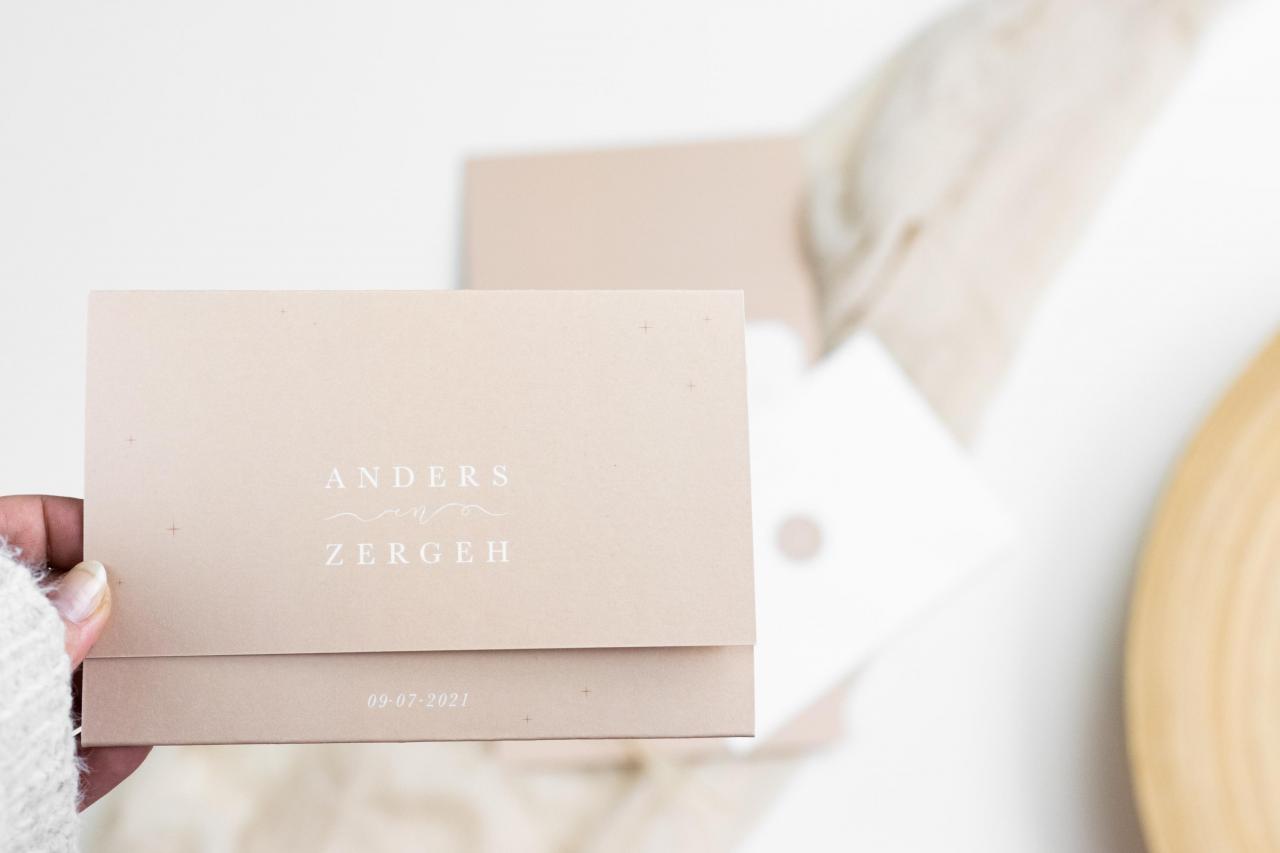 Drieluik trouwkaart - Modern en zandbruin trouwkaart Origineel Modern Typografisch Gevouwen