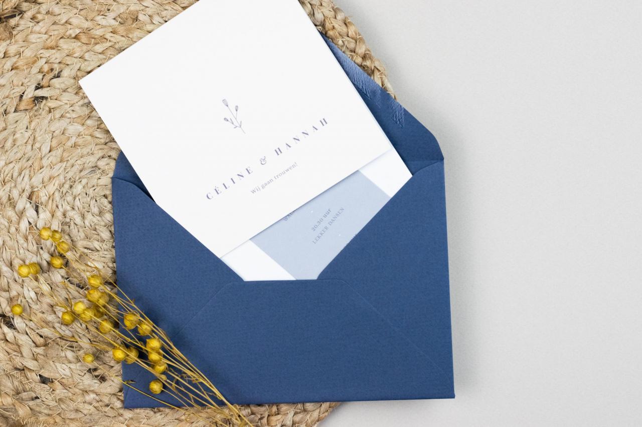 Staande kaart met handgetekend bloemetje trouwkaart Illustratie Handgemaakt Handgemaakt Botanisch