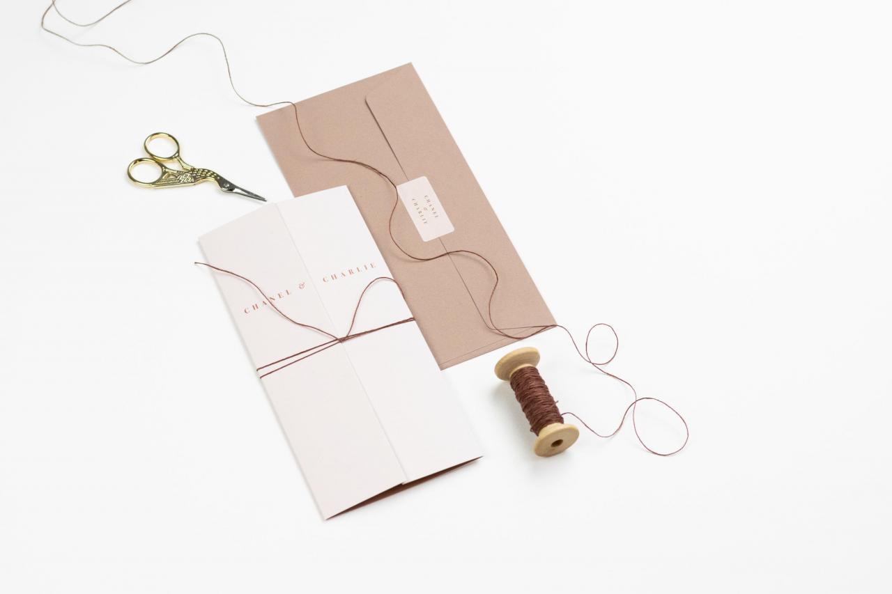 Drieluik met stoere typografie en lieve kleurtjes trouwkaart Modern Handgemaakt Origineel Typografisch