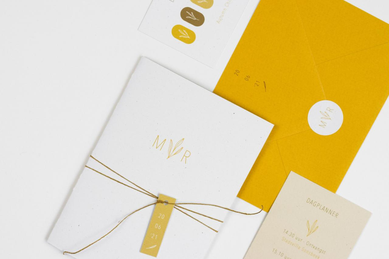 Pocketfold in okergeel met bruiloft logo trouwkaart Illustratie Handgemaakt Botanisch Origineel