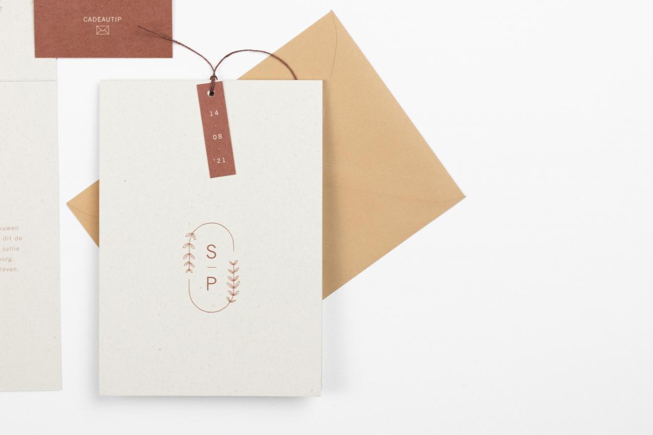 Staand kaartje in roest met trouwlogo trouwkaart Illustratie Handgemaakt Modern Botanisch