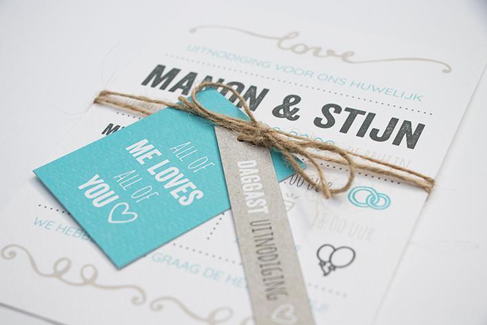 Trouwkaart met typografie in blauw en beige trouwkaart