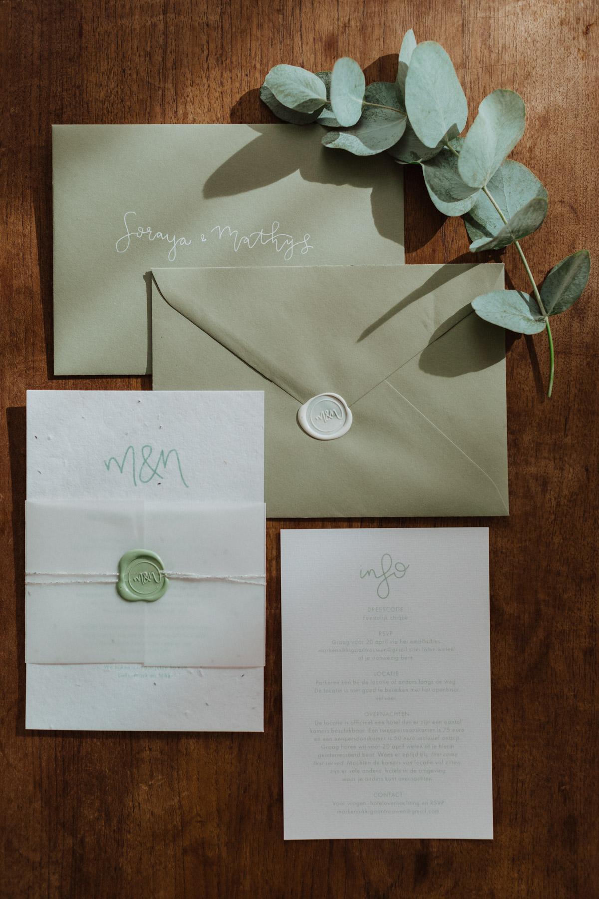 Minimalistische trouwlijn met natuur- en kalkpapier trouwkaart Stijlvol