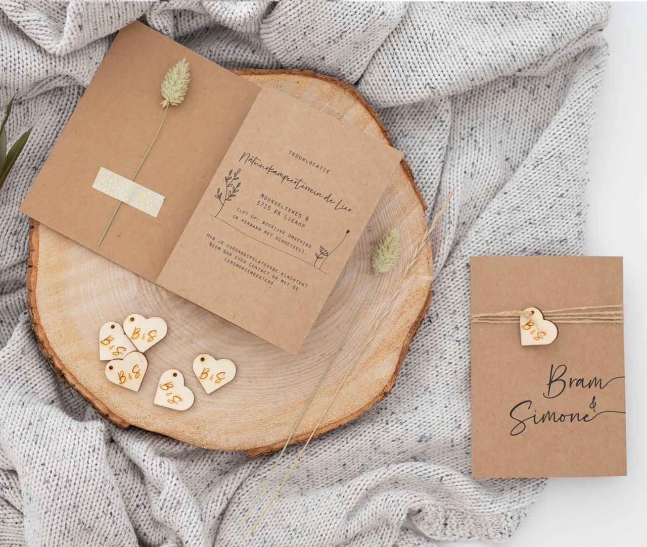 Kraft drieluik met houten hartje trouwkaart Kraft Luxe Gevouwen Stijlvol