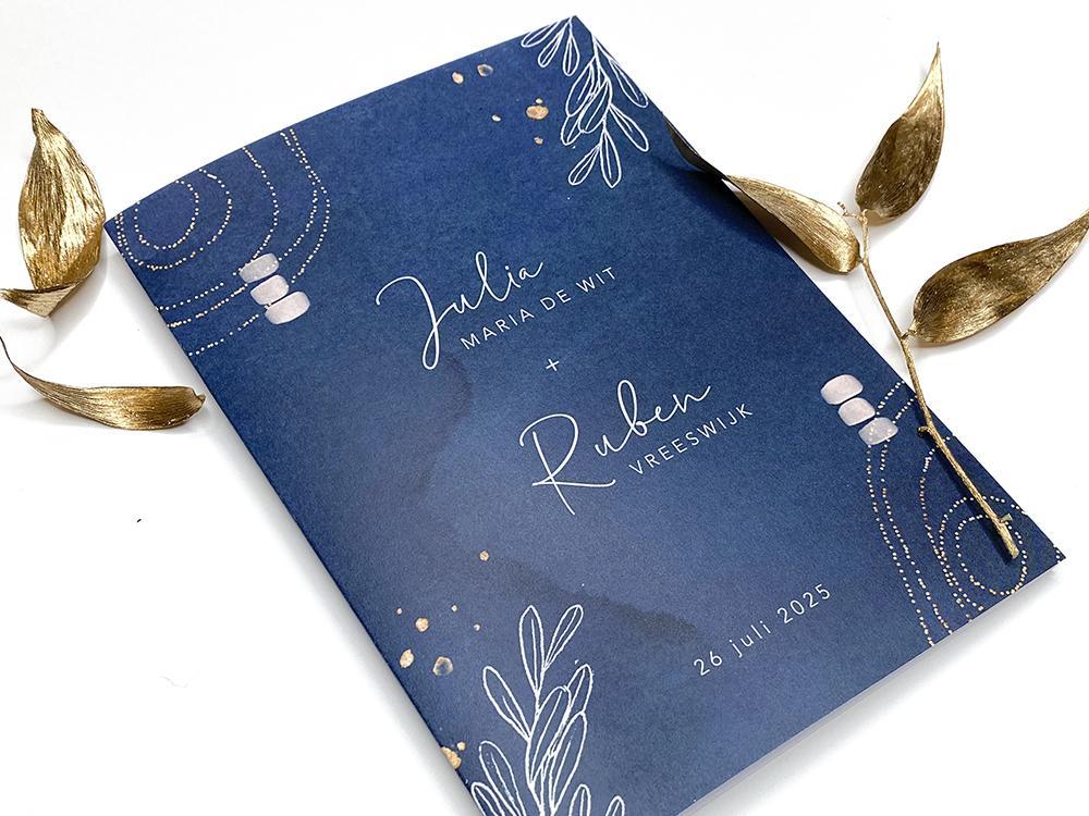 Blauwe trouwkaart met bladeren en goudkleurige patronen trouwkaart Stijlvol Romantisch Origineel Aquarel en Watercolor