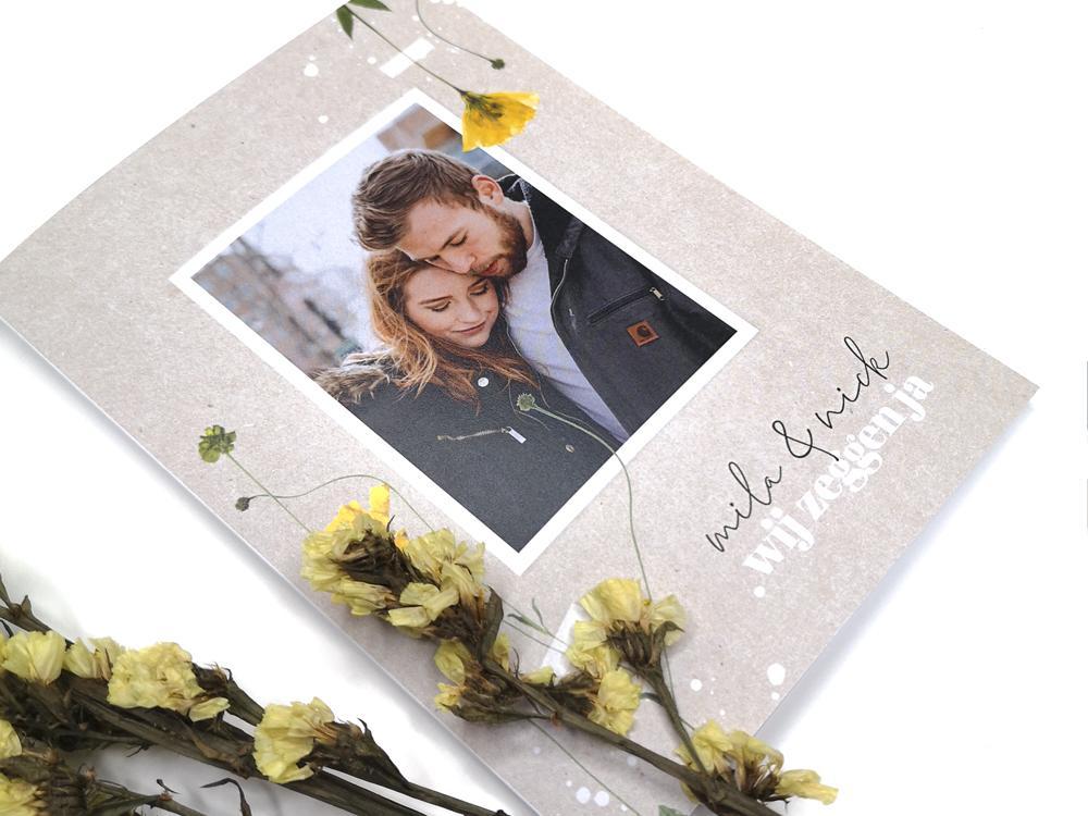 Trouwkaart met droogbloemen en foto trouwkaart Origineel Kraft Retro Botanisch