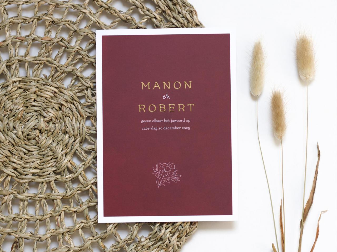 Rode trouwkaart met goudfolie en blaadje trouwkaart Stijlvol Origineel Romantisch Typografisch