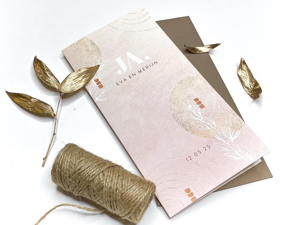 Trouwkaart met goudkleurige vormen en blaadjes trouwkaart Stijlvol Aquarel en Watercolor Modern Romantisch