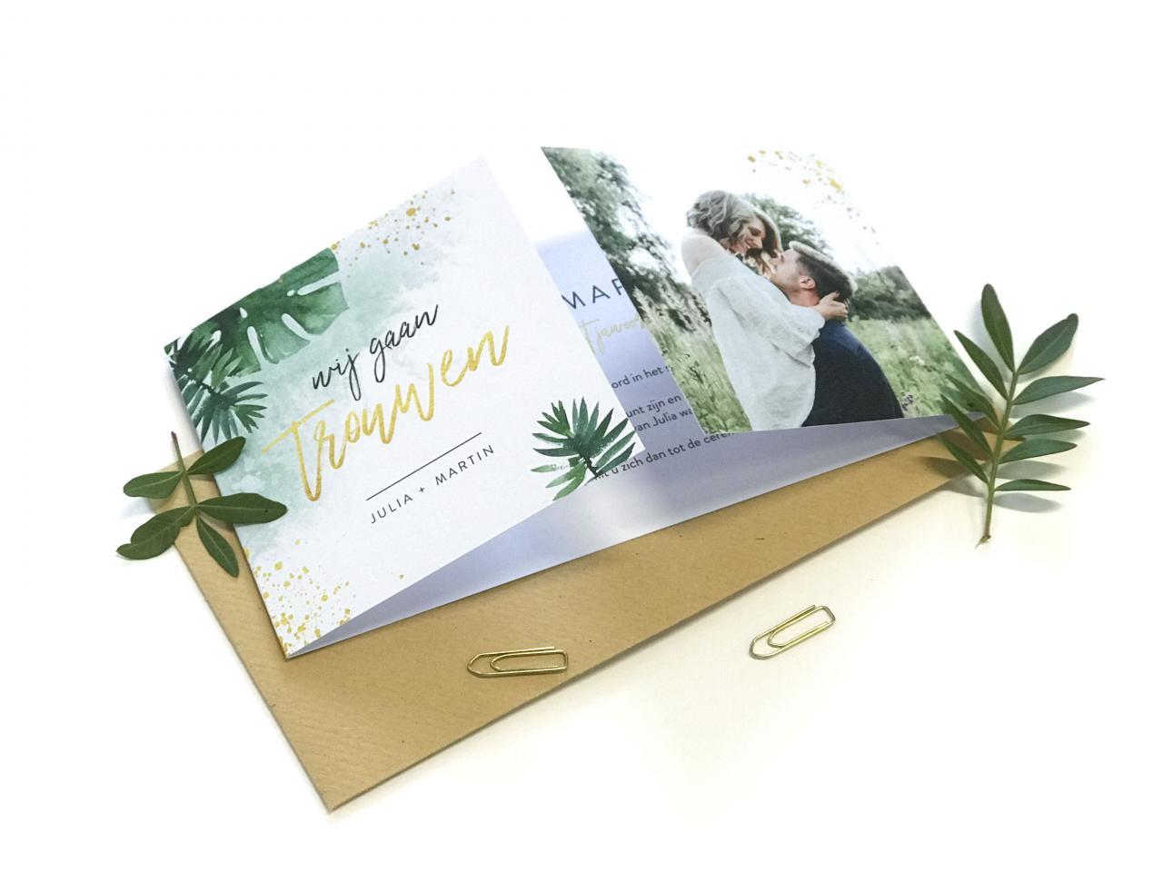Tweeluik trouwkaart met bladeren en goud trouwkaart Foto Origineel Botanisch Stoer