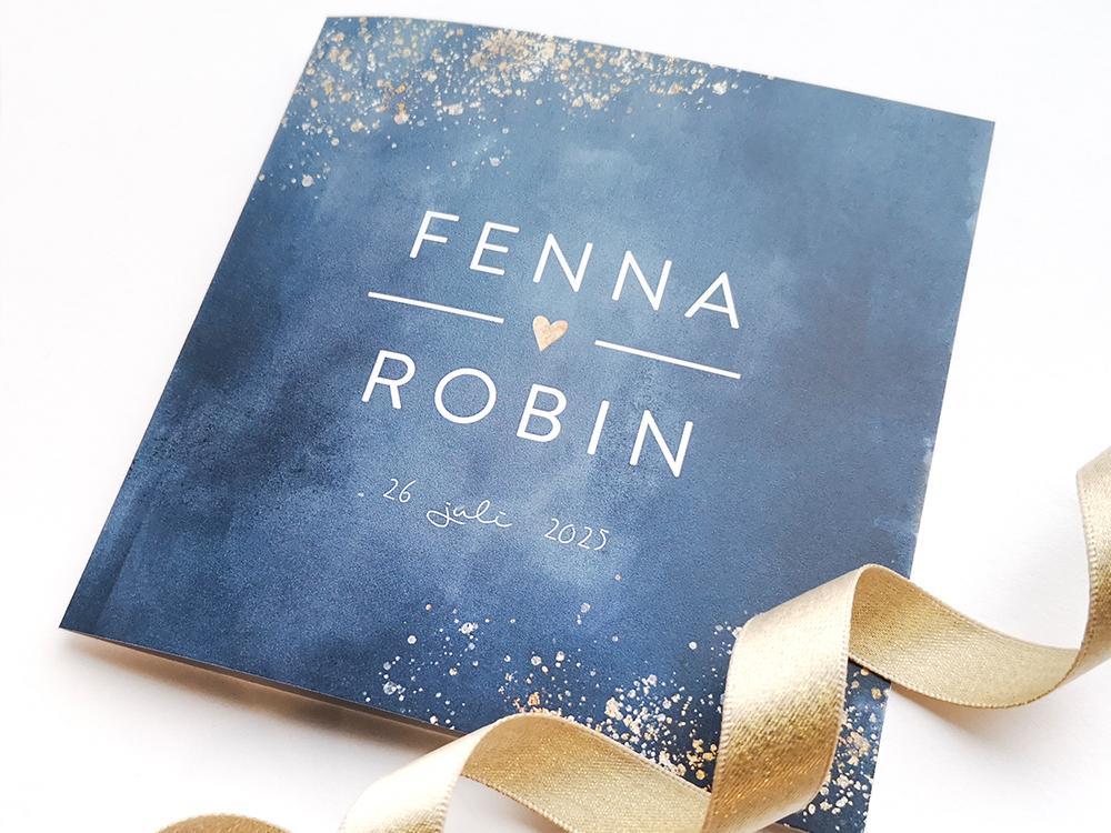 Donkerblauwe trouwkaart met spetters trouwkaart Aquarel en Watercolor Brons zilver en goud Typografisch Strak