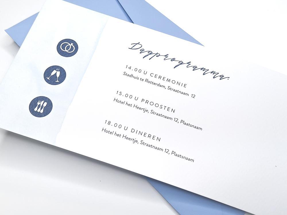 Stijlvolle trouwkaart met blauwe waterverf streep trouwkaart Aquarel en Watercolor Typografisch Strak Gevouwen