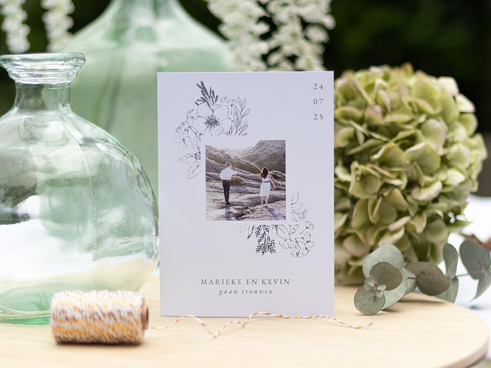 Minimalistische trouwkaart met foto en bloemen trouwkaart Stijlvol Botanisch Klassiek Illustratie