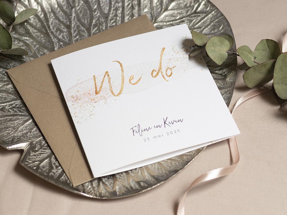 Trouwkaart met blush en gouden spetters trouwkaart Stijlvol Romantisch Klassiek Aquarel en Watercolor