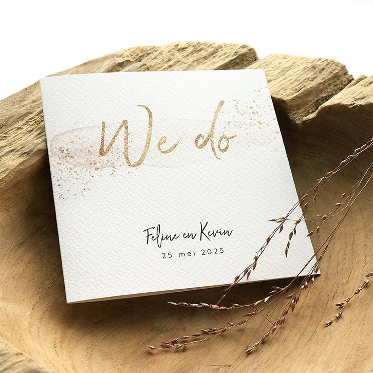 Trouwkaart met blush en gouden spetters trouwkaart Strak Klassiek Aquarel en Watercolor Brons zilver en goud