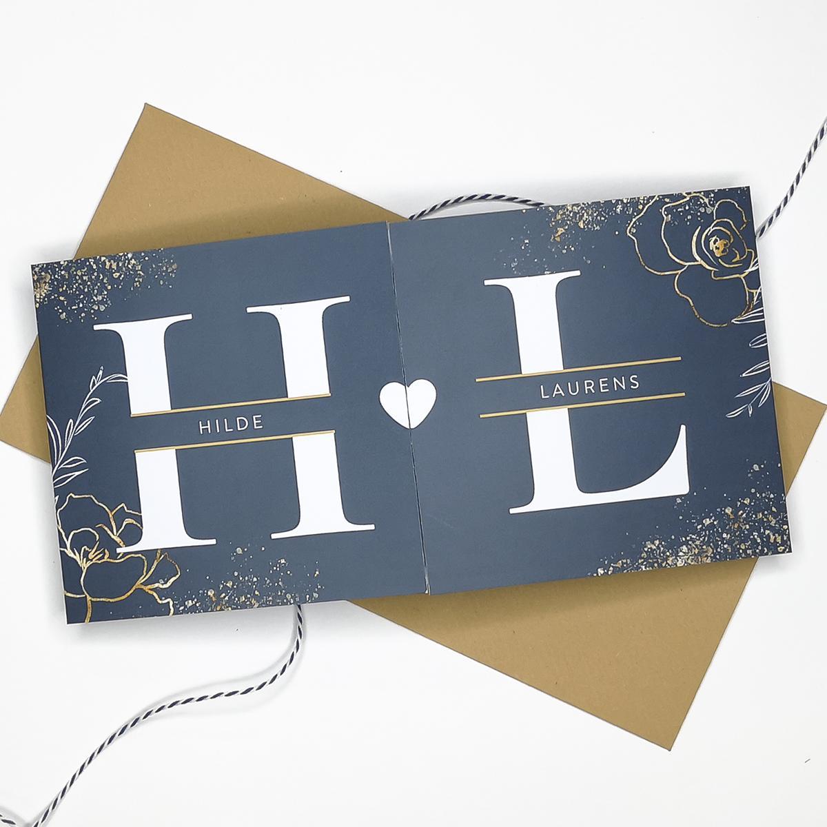 Tweeluik geboortekaart met initialen en gouden spetters trouwkaart Botanisch Klassiek Luxe Typografisch