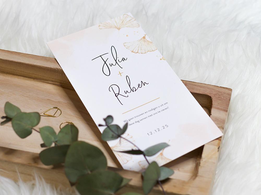 Trouwkaart met gouden ginkgo bladeren en typografie trouwkaart Stijlvol Aquarel en Watercolor Botanisch Klassiek