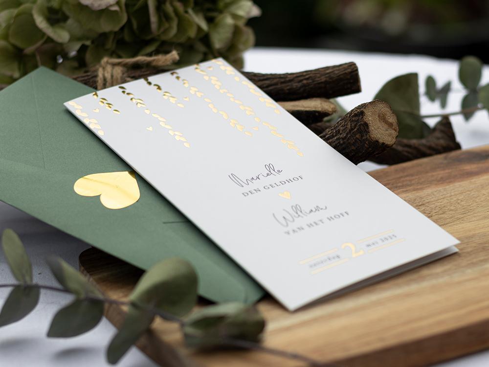 Staande trouwkaart met gouden regen en typografie trouwkaart Stijlvol Brons zilver en goud Botanisch Luxe