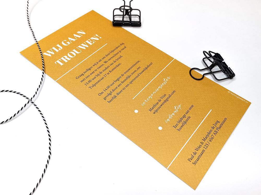 Trouwkaart met initialen en labels trouwkaart Modern Origineel Strak Typografisch