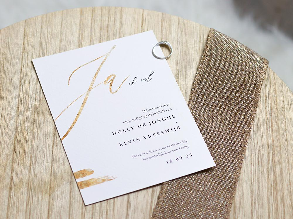 Witte trouwkaart met klassieke typografie trouwkaart Stijlvol Klassiek Typografisch Romantisch