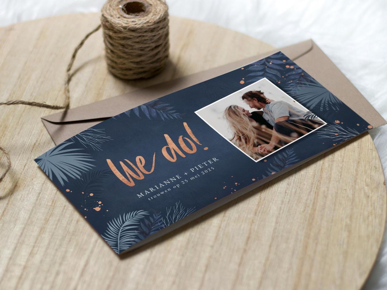 Blauwe fototrouwkaart met rose spetters trouwkaart Foto Gevouwen Botanisch Romantisch