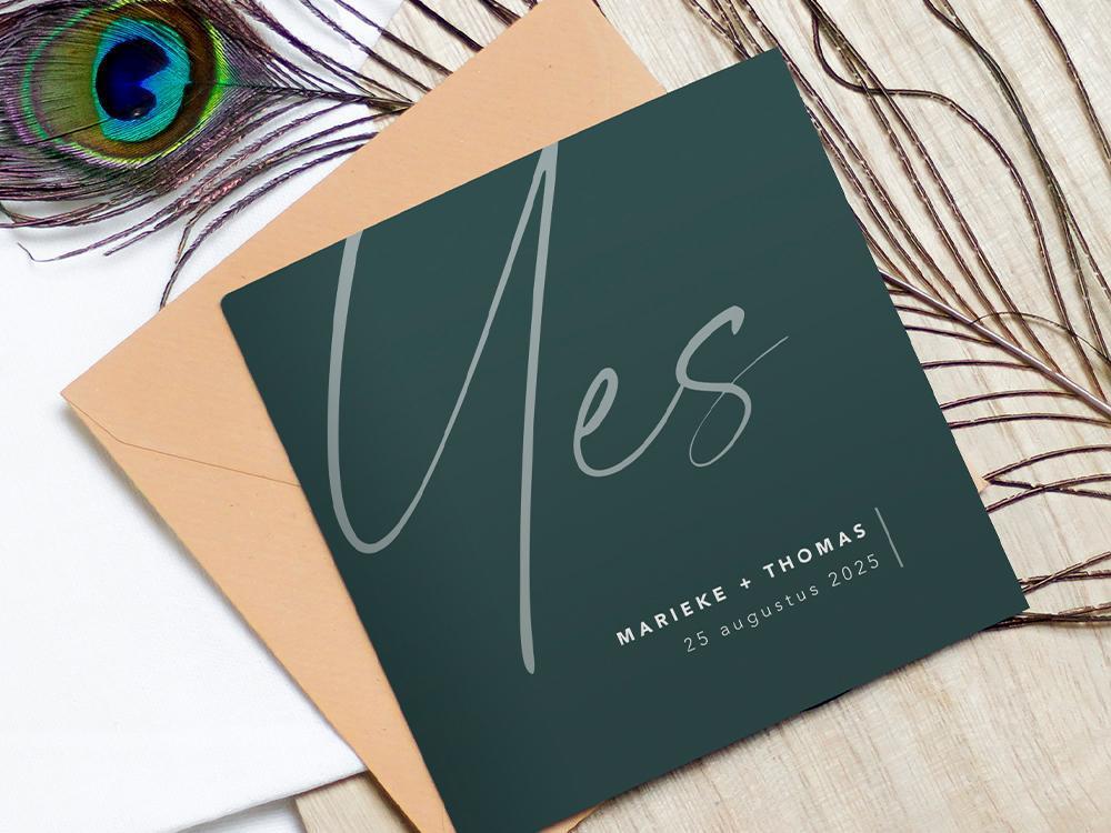 Zeegroene trouwkaart met typografie yes trouwkaart Modern Stijlvol Typografisch Gevouwen