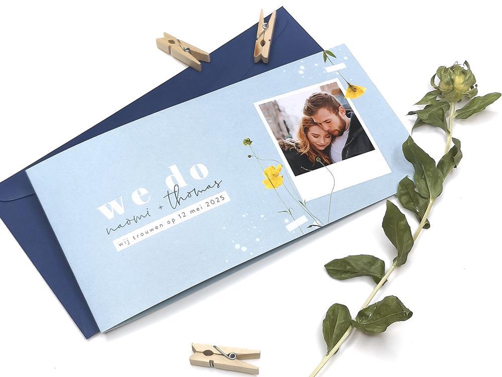 Lichtblauwe trouwkaart met gele bloemen en foto trouwkaart Retro Botanisch Kraft Gevouwen