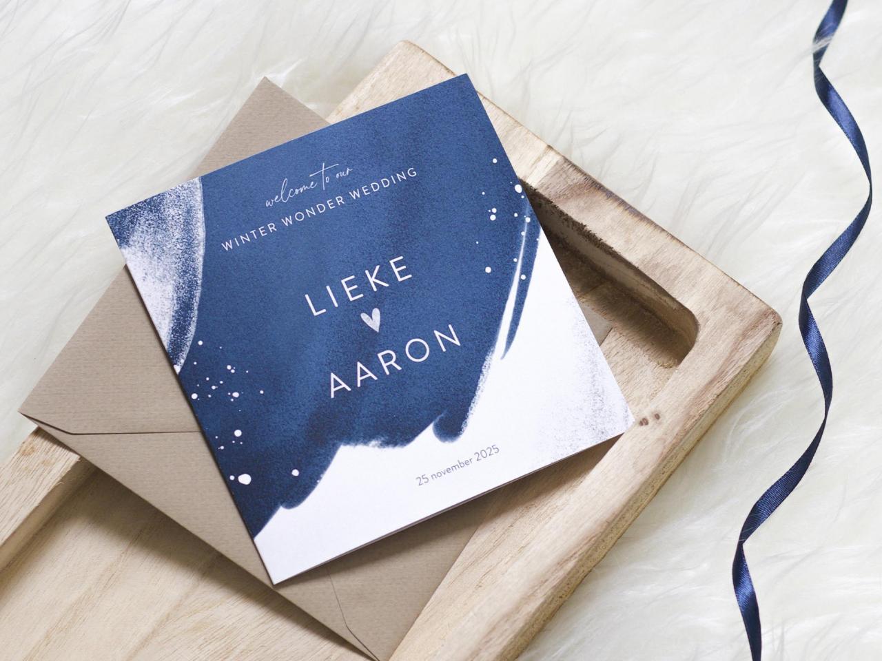 Donkerblauwe trouwkaart met zilverkleurige glitters trouwkaart Gevouwen Aquarel en Watercolor Origineel Romantisch